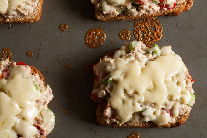 This blue cheese tuna melt is great for weekend lunches and brunch. Blue cheese is added to the tuna and American cheese is melted on top. This twist on an American classic can also be served open-face! | honeyandbirch.com