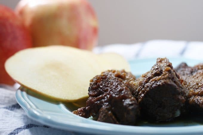 Slow Cooker Boneless Apple Short Ribs - slow cookers, short ribs and apples are a great combination for fall! | Honey and Birch #slowcooker