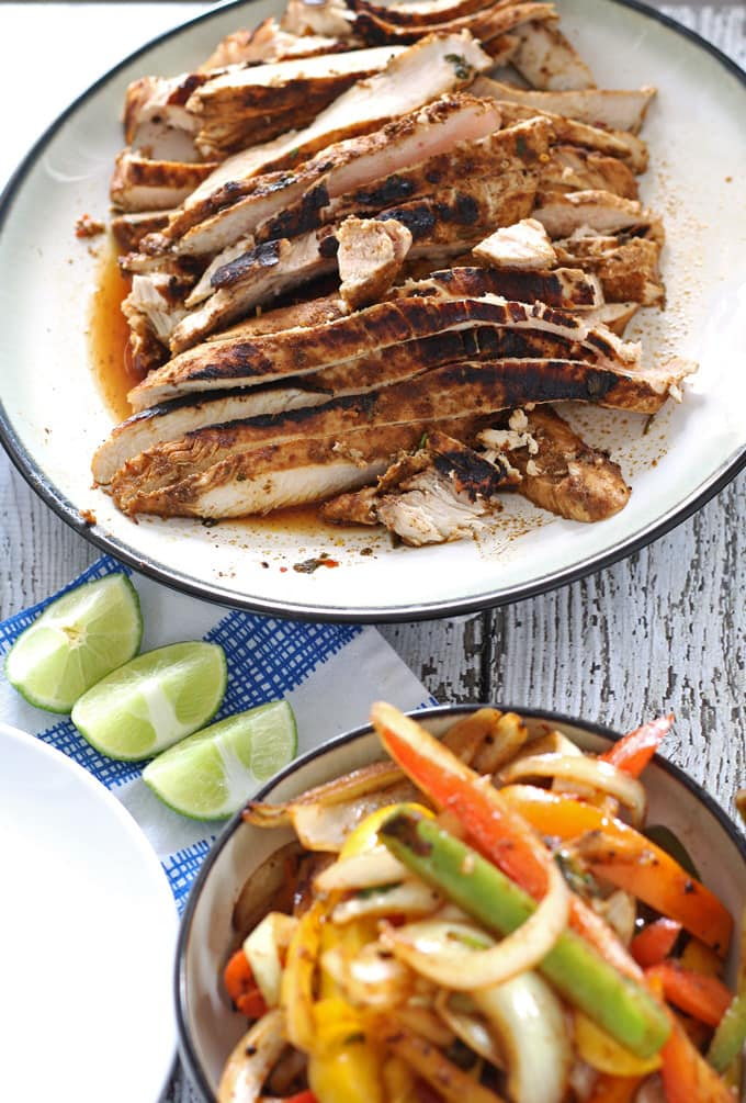Make everyone happy with this recipe for chicken fajitas. They are perfect recipe for family dinners - everyone can put whatever toppings they want on their own fajitas. | honeyandbirch.com