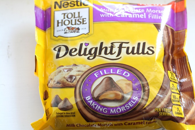 Chocolate Caramel Chip Marshmallow Cupcakes #sponsored #NestleTollHouse #DelighFulls | www.honeyandbirch.com