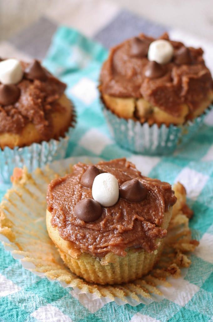 Chocolate Caramel Chip Marshmallow Cupcakes #sponsored #NestleTollHouse #DelighFulls | www.honeyandbirch.com