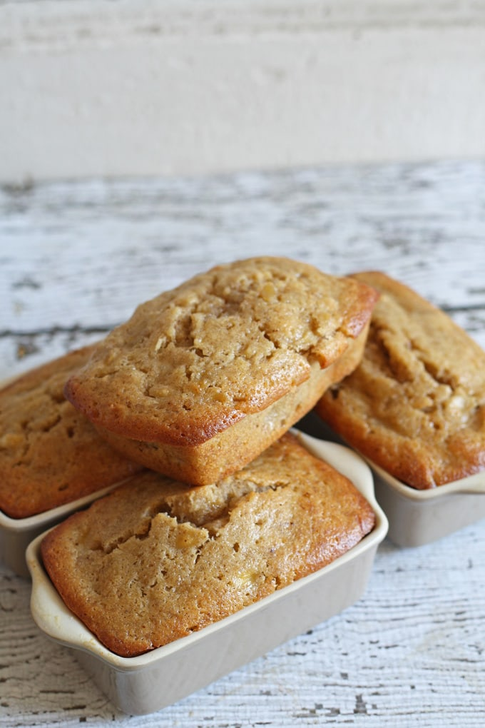 When life gives you a boatload of bananas, you make mini banana bread loaves! This recipe only takes 30 minutes to bake and leaves delicious and moist mini quick-bread. | www.honeyandbirch.com