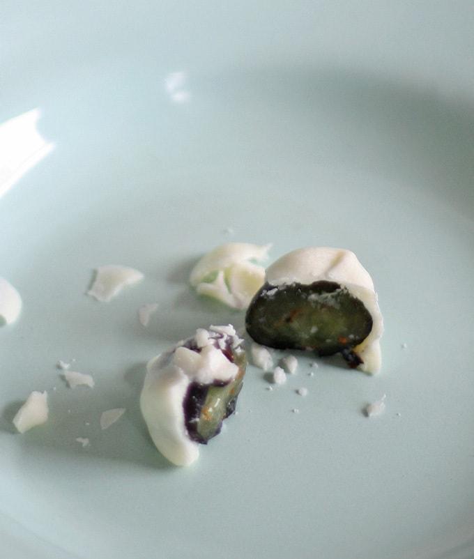White Chocolate Covered Blueberries   www.honeyandbirch.com #easy #dessert #snack