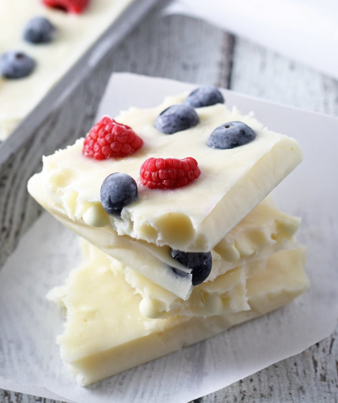 Looking for a fun patriotic dessert that is a little healthier? Try this red white and blue frozen yogurt bark. It's full of berries and sweetened with honey for a perfect holiday dessert! | honeyandbirch.com