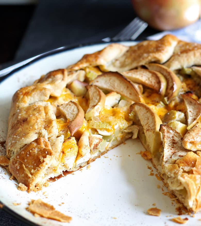 If you're looking for savory recipes with apples, this apple chicken cheddar galette is the one. It is perfect for dinner - and autumn.   honeyandbirch.com