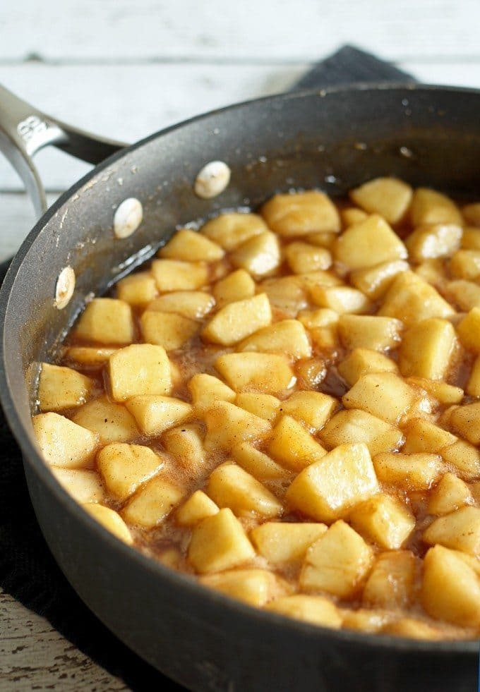 Make homemade apple pie filling with all of autumn's bounty of apples! Fill your home with the smells of apple pie all year long! | honeyandbirch.com