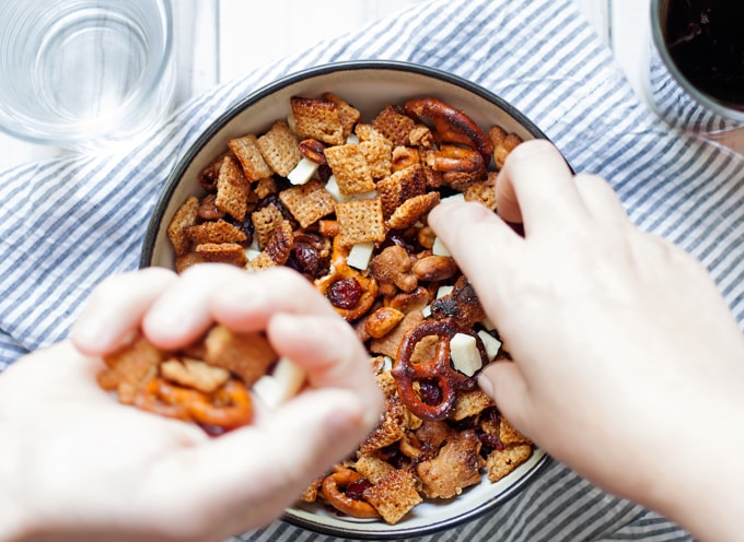 My Thanksgiving dinner tips and a recipe for cinnamon snack mix - perfect for parties or snacking! | honeyandbirch.com