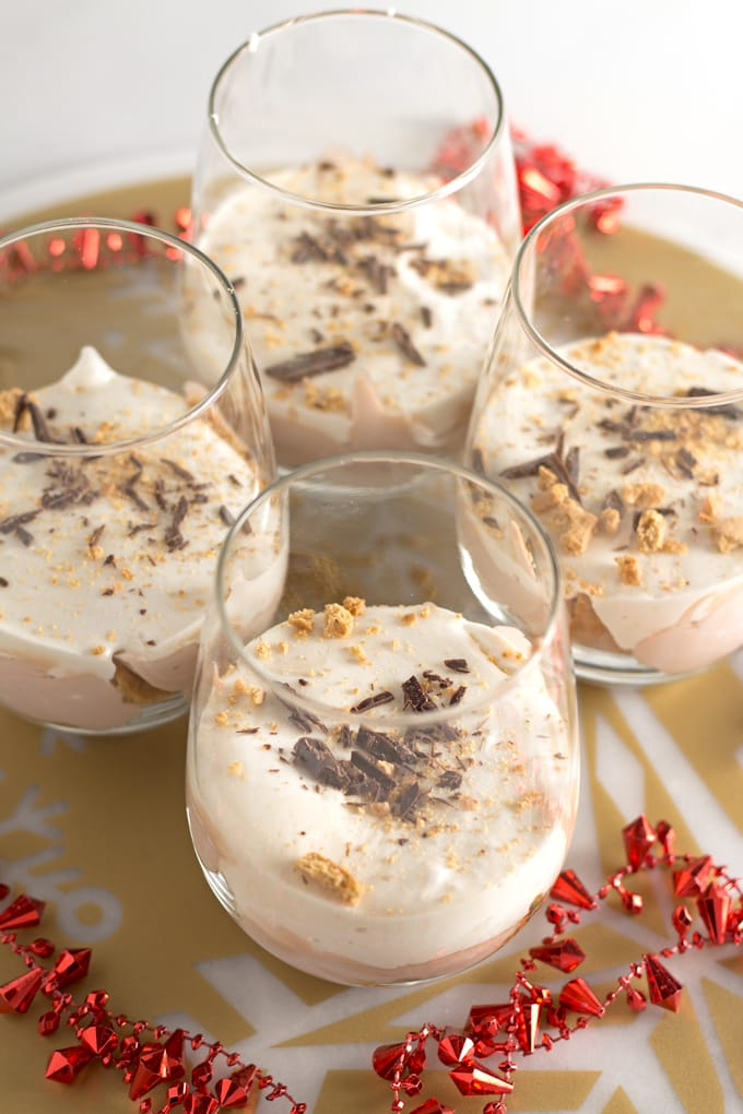Hot chocolate s'mores parfaits - capture the spirit of the holidays with this fun and easy dessert! | honeyandbirch.com