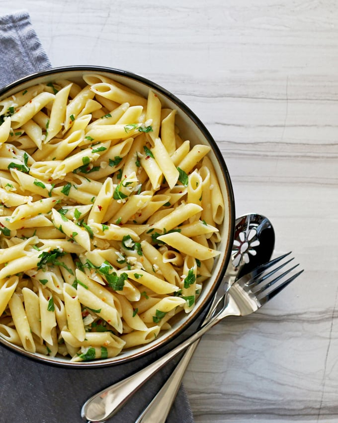This penne aglio e olio is an easy twist on a classic pasta dish. Serve it as a simple side dish for chicken or as dinner for meatless Monday! | honeyandbirch.com