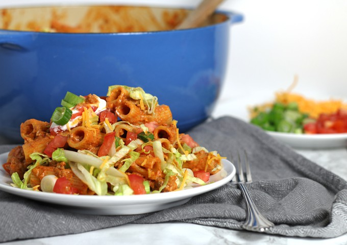 This creamy taco pasta recipe is a quick and easy dinner! Ready in 30 minutes, this meal is a great way to add extra vegetable portions and it is kid-friendly! | honeyandbirch.com