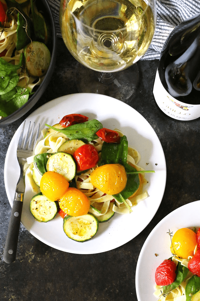 This roasted tomato zucchini spinach fettucini recipe is the perfect way to use your farmer's market purchases and end-of-summer garden's bounty. Pair it with a glass of Grillo for the perfect weeknight dinner!   honeyandbirch.com