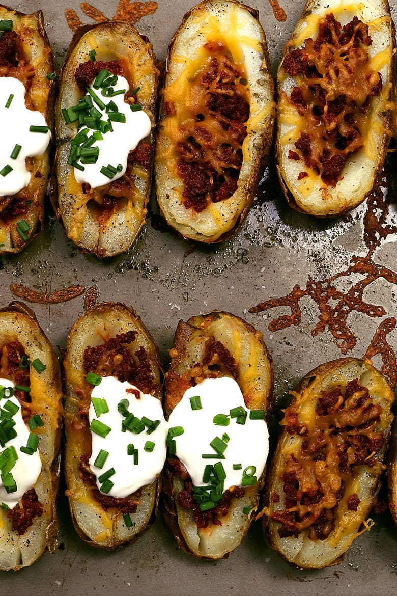 These chorizo and cheddar potato skins are perfect for all of your parties! For the perfect food and beer pairing, serve with a White IPA. | honeyandbirch.com
